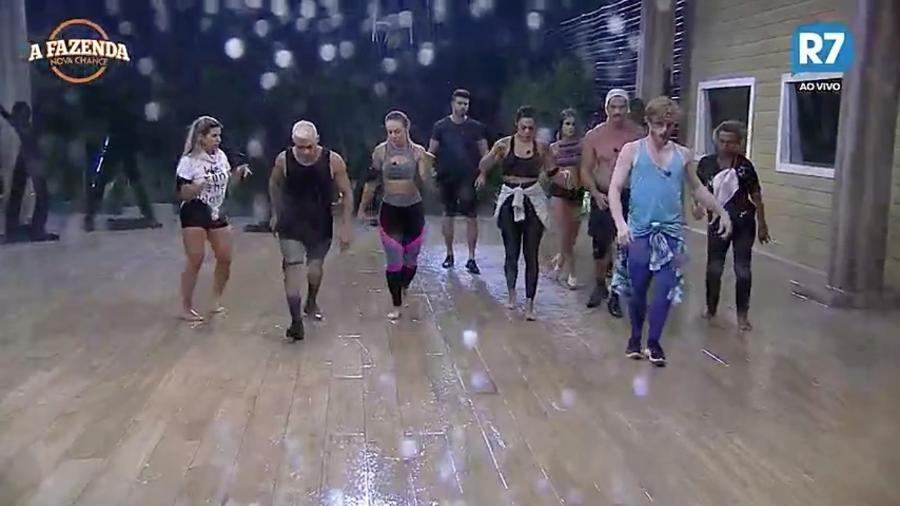 """Peões tem atividade de dança finalizada por causa da chuva em """"A Fazenda"""" - Reprodução/R7"""