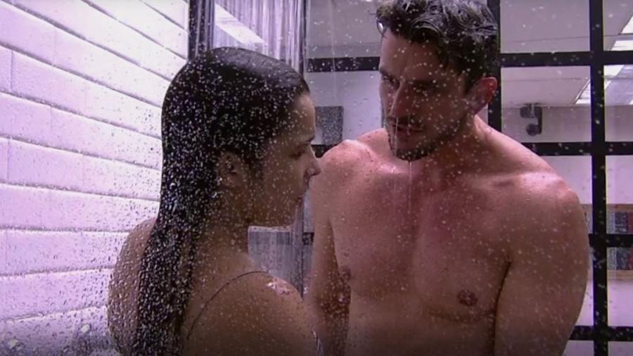 Marcos toma banho com Emilly e diz que vai reclamar da produção - Reprodução/TVGlobo