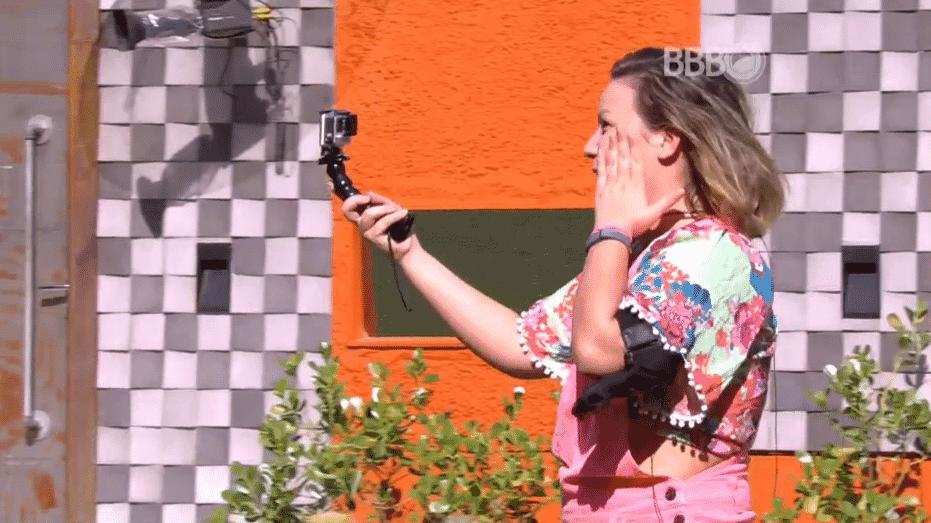 """3.abr.2016 - Brothers recebem câmera para gravar sobre seus melhores momentos no """"BBB16"""" - Reprodução/TV Globo"""