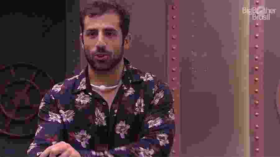 """Kaysar se arruma para festa no """"BBB18"""" - Reprodução/GloboPlay"""
