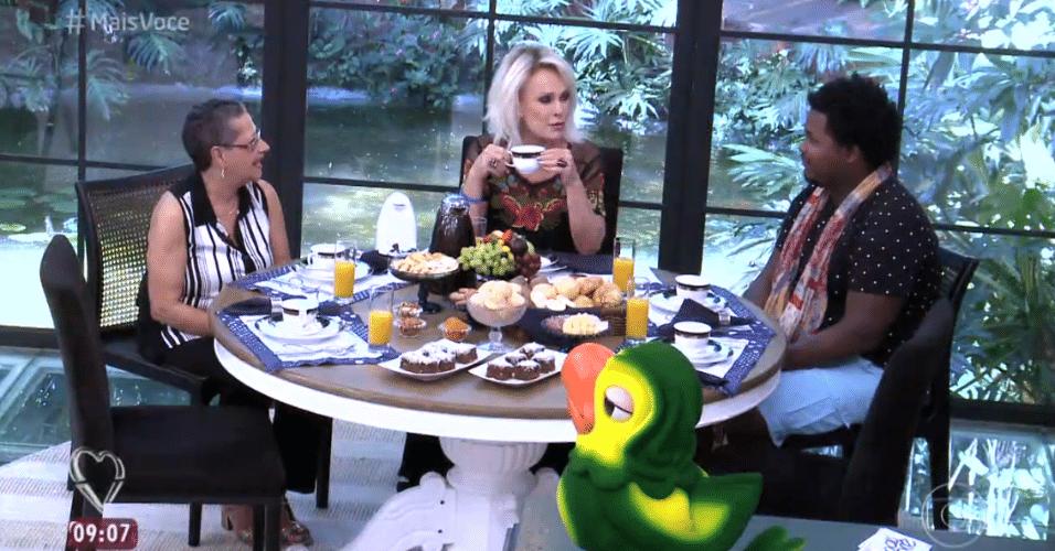 6.abr.2016 - Ronan e Geralda tomam café da manhã com Ana Maria Braga, no