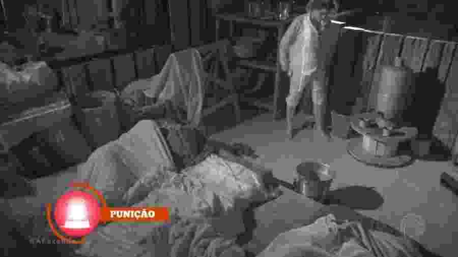 Flávia Viana faz xixi fora do banheiro e causa punição - Reprodução/R7