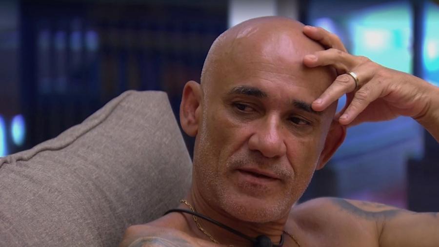 """Ayrton conversa com Mahmoud na sala do """"BBB18"""" - Reprodução/Gshow"""