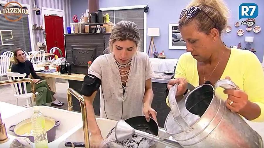 Rita e Ana Paula lavam louça com a água do poço - Reprodução/R7