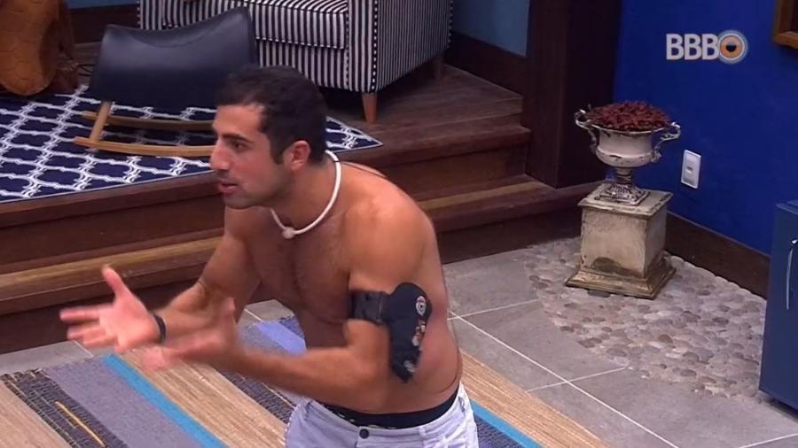 Kaysar dá lição de moral no quarto do líder - Reprodução/GloboPlay