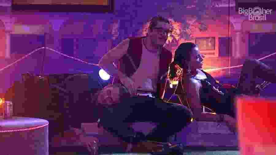Marcos deita no colo de Ilmar durante Festa Espanha - Reprodução/TV Globo