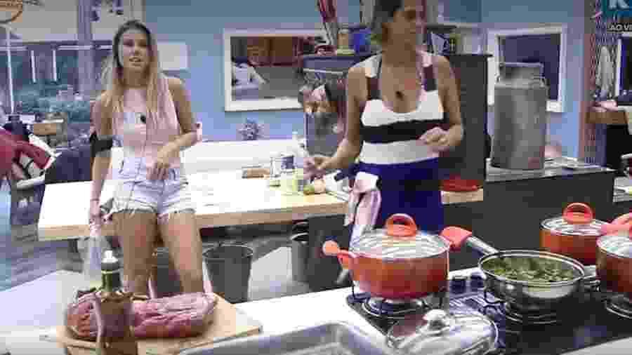 Flávia e Aritana na cozinha da sede - Reprodução/R7