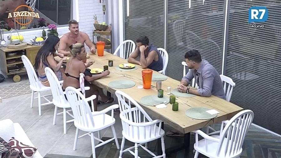 """Peões conversam durante almoço em """"A Fazenda 9"""" - Reprodução/R7"""