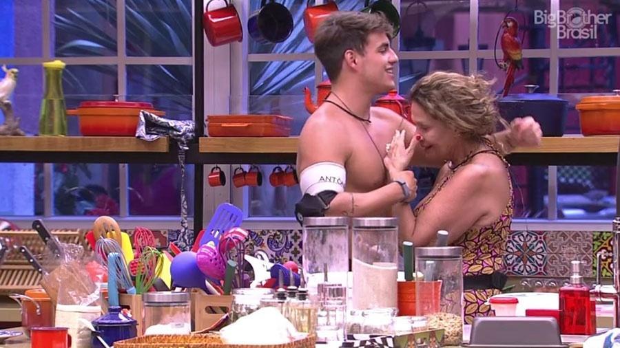 """Ieda se emocionou durante conversa com Antônio. """"Lembrei dos meus"""", disse a aposentada - Reprodução/Tv Globo"""