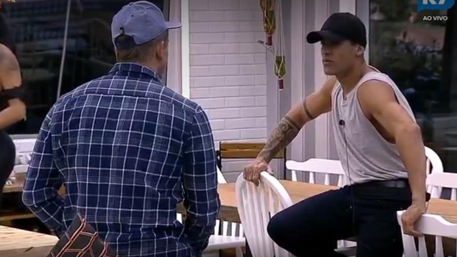 Yuri explica para Marcos sobre os cuidados com o cavalo da sede - Reprodução/R7