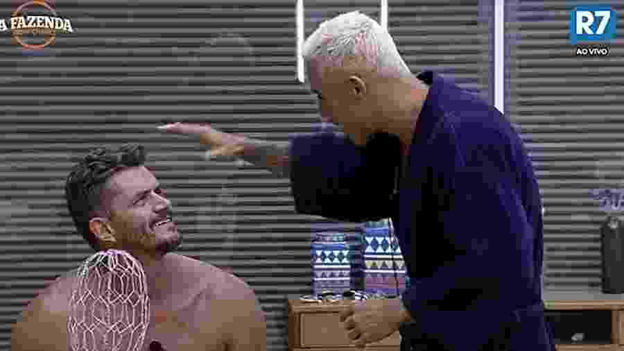 Yuri mostra couro cabeludo para Marcos - Reprodução/R7