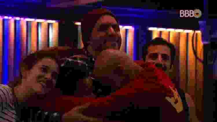 Brothers abraçam Caruso - Reprodução/GlobosatPlay - Reprodução/GlobosatPlay