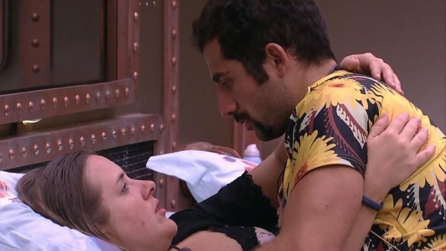 Kaysar e Patrícia conversam antes de dormir - Reprodução/Gshow