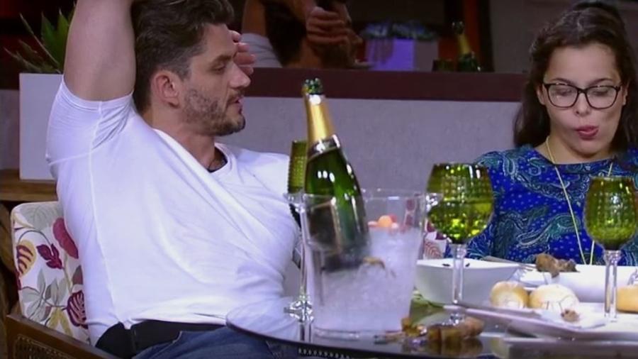 Marcos curte almoço do anjo com Emilly - Reprodução/TVGlobo