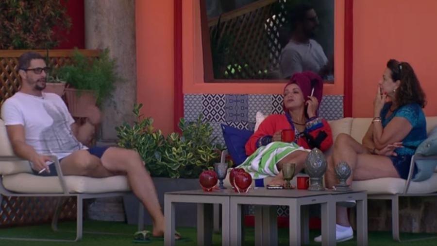 Daniel, Marinalva e Ieda conversam na varanda - Reprodução/TV Globo