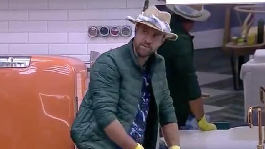 Marcelo Ié Ié reclama do lixo jogado fora da lixeira - Reprodução/R7