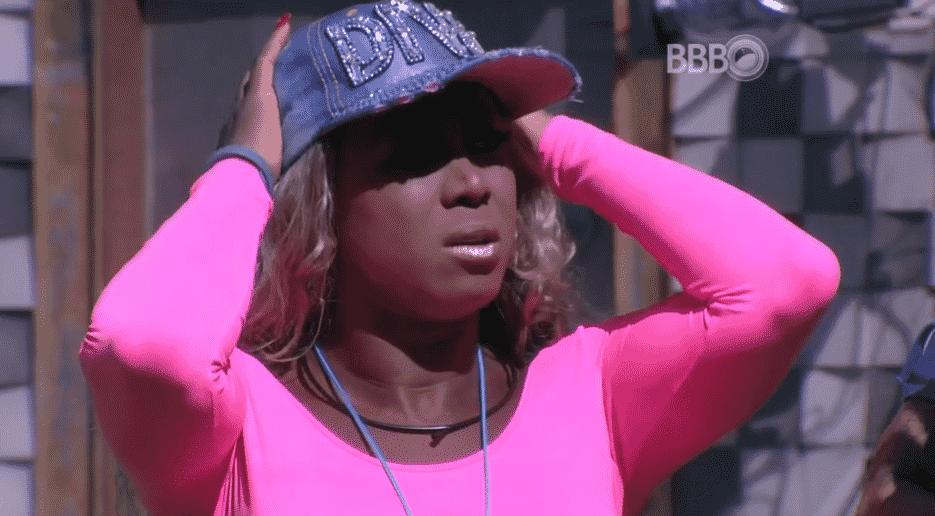 23.jan.16 - Adélia confessa estar em dúvida sobre quem receberá o colar do anjo - Reprodução/TV Globo