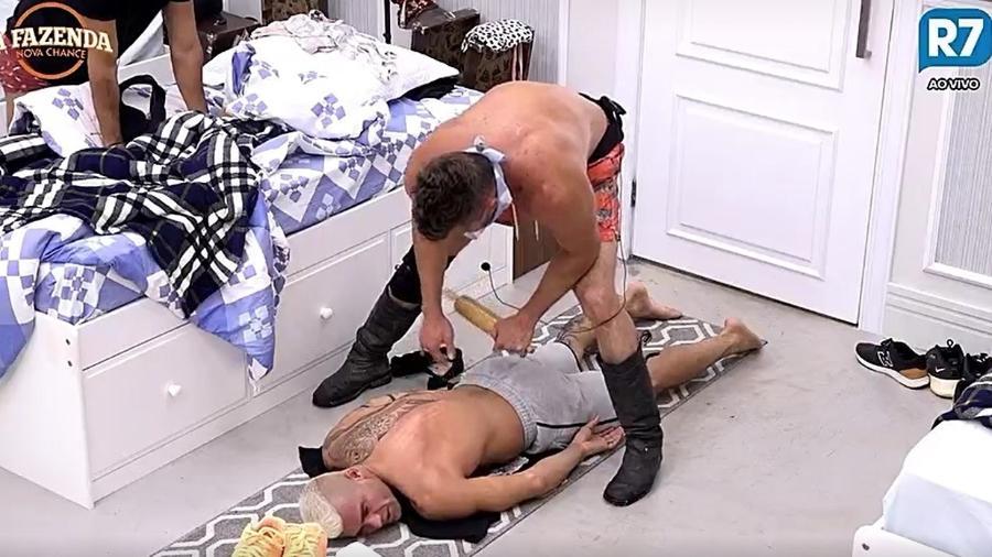 Marcos faz massagem em Yuri - Reprodução/R7