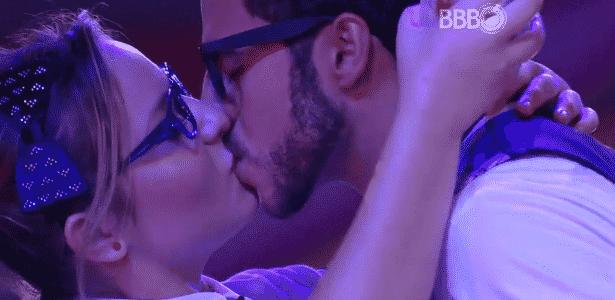"""No """"BBB16"""", Matheus e Cacau se beijam na Festa Sabedoria - Reprodução/TV Globo"""