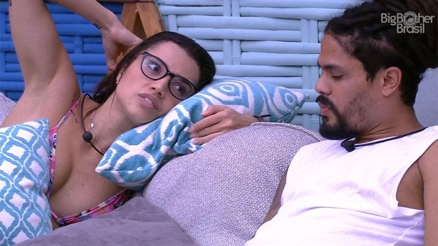"""Paula conversa com Viegas na área externa da casa do """"BBB18"""" - Reprodução/GloboPlay"""