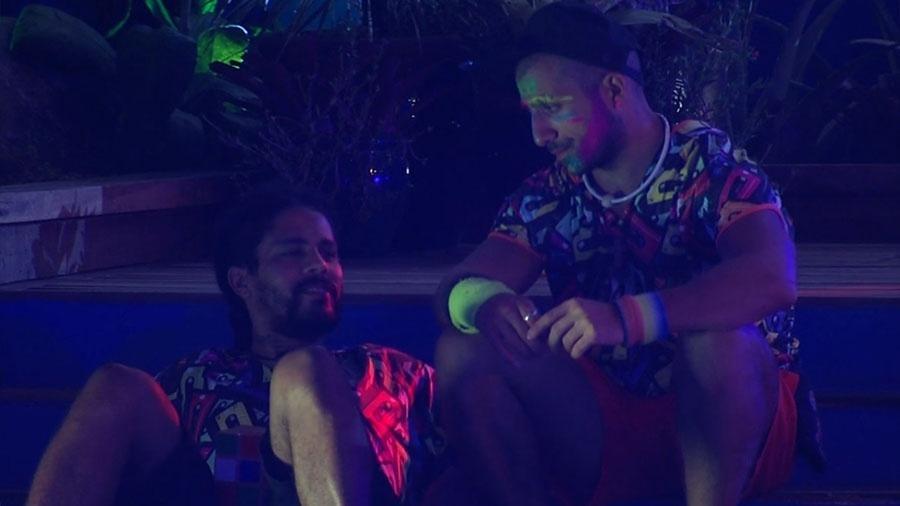 Kaysar e Viegas conversam sobre o jogo durante festa - Reprodução/GloboPlay