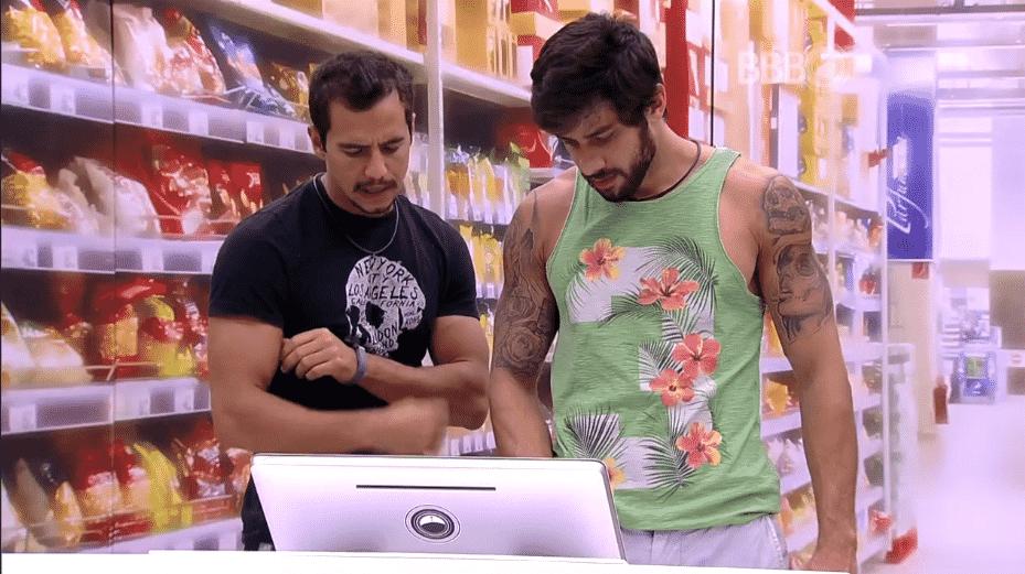 """7.mar.2016 - Renan e Matheus fazem as compras da semana, no""""BBB16"""" - Reprodução/TV Globo"""