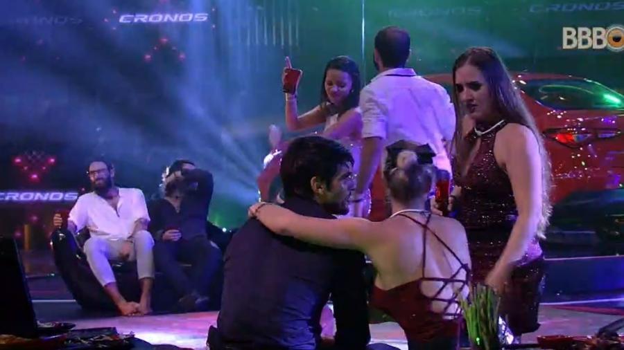 """Jéssica abraça Lucas na festa """"Fiat Cronos"""" - Reprodução/GlobosatPlay"""