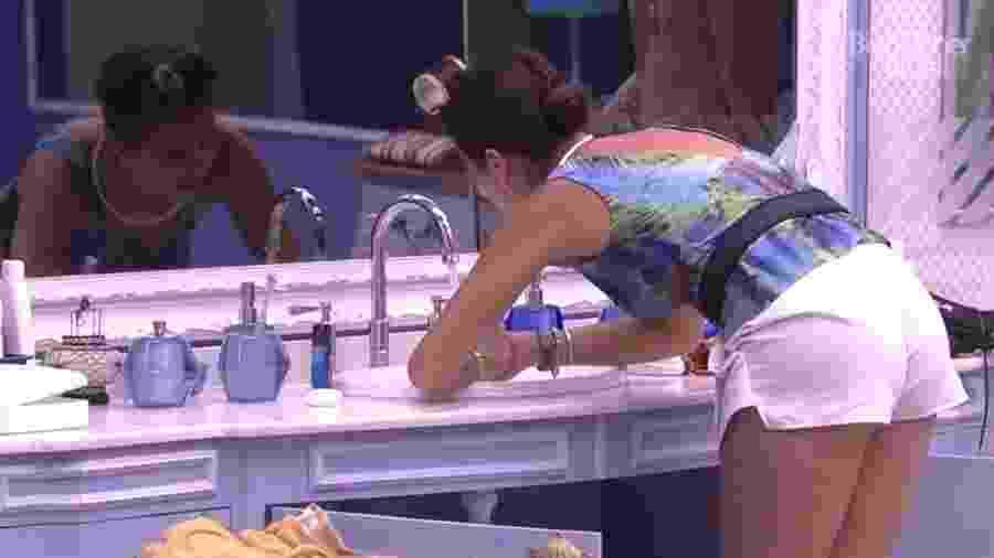 Roberta pisa no dedo de Emilly que tenta aliviar a dor com água  - Reprodução/TV Globo
