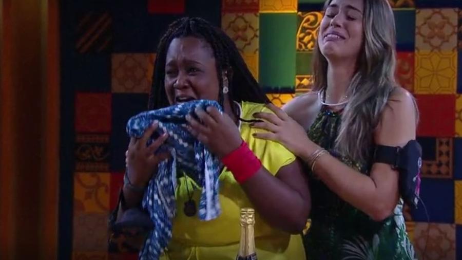 """Roberta chora com presente do anjo: """"Beijo, mãe, te amo"""" - Reprodução/TVGlobo"""