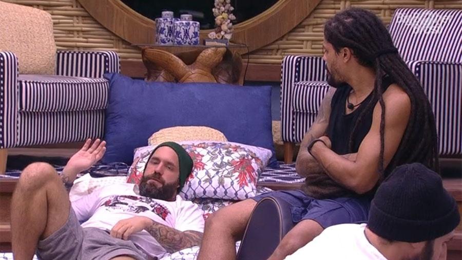 Caruso conversa com brothers no quarto do líder - Reprodução/GloboPlay