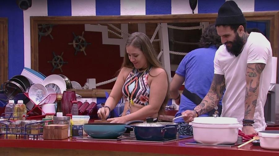 Patrícia e Wagner conversam na cozinha da casa  - Reprodução/Gshow