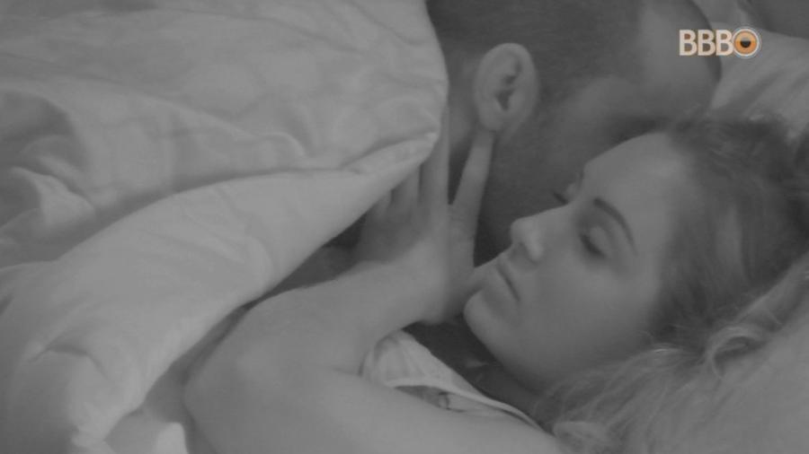 Kaysar beija pescoço de Jéssica  - Reprodução/Globosatplay