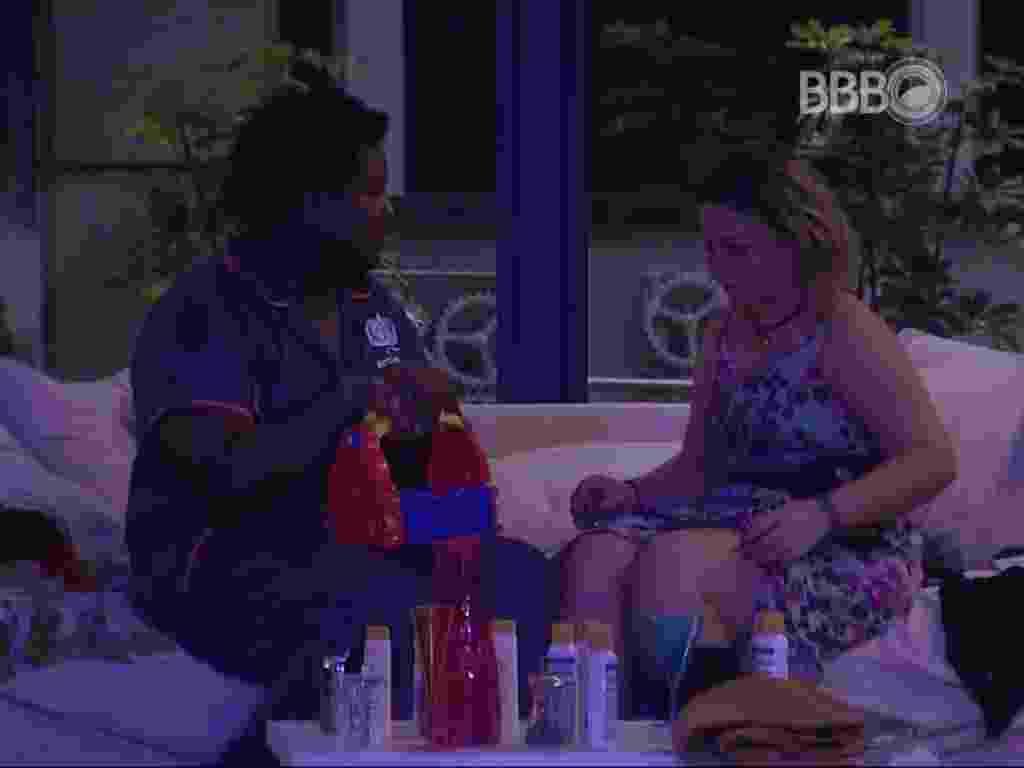 24.01.2016 - Maria Claudia conversa com Ronan sobre seu possível envolvimento com Matheus - Reprodução/ TV Globo