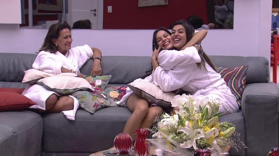 """""""Sim, ficamos amigas"""", diz Vivian ao abraçar Emilly - Reprodução/TV Globo"""