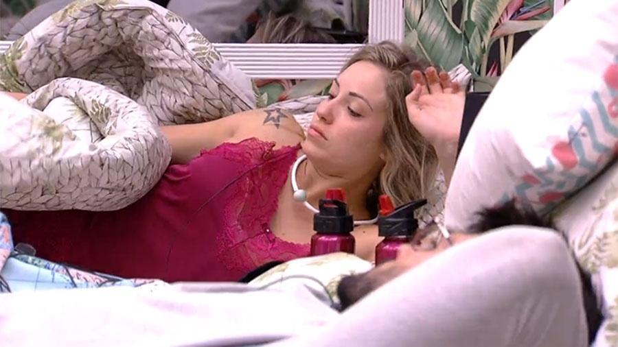 Jessica e Lucas conversam no quarto - Reprodução/GloboPlay