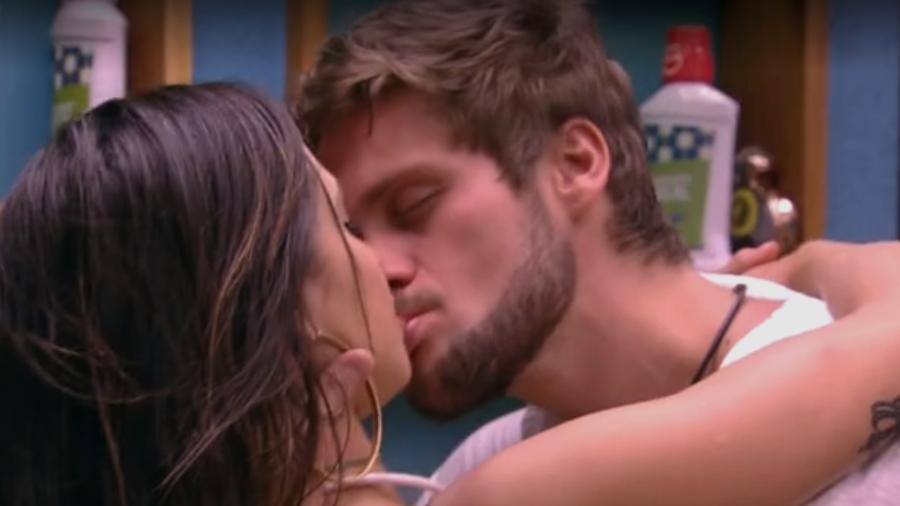 Breno rouba beijo de Paula  - Reprodução/Globosatplay