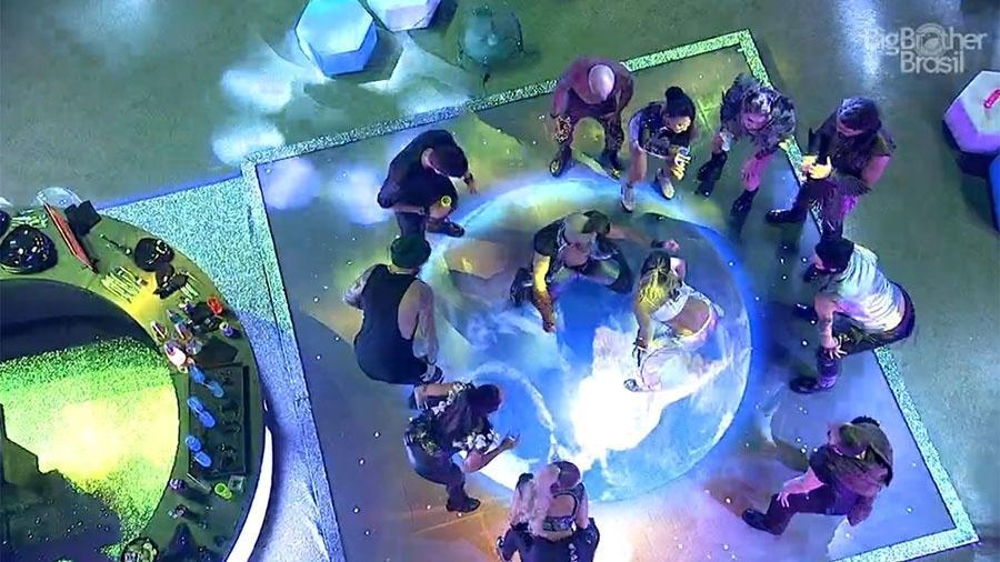 """Anitta dança no meio dos brothers do """"BBB18"""" - Reprodução/GloboPlay"""