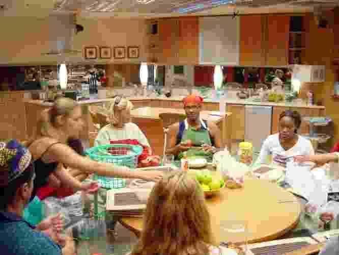 """""""BBB1"""" e """"BBB2"""": A primeira casa dos BBBs tinha visual simples em tons de madeira clara. A decoração foi mantida na segunda edição do reality, também em 2002 - Divulgação/TV Globo"""