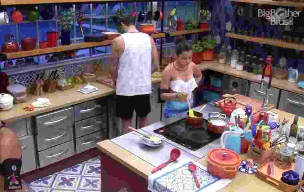Durante brincadeira, Daniel avisa Emilly que há camisinhas na despensa - Reprodução/TVGlobo