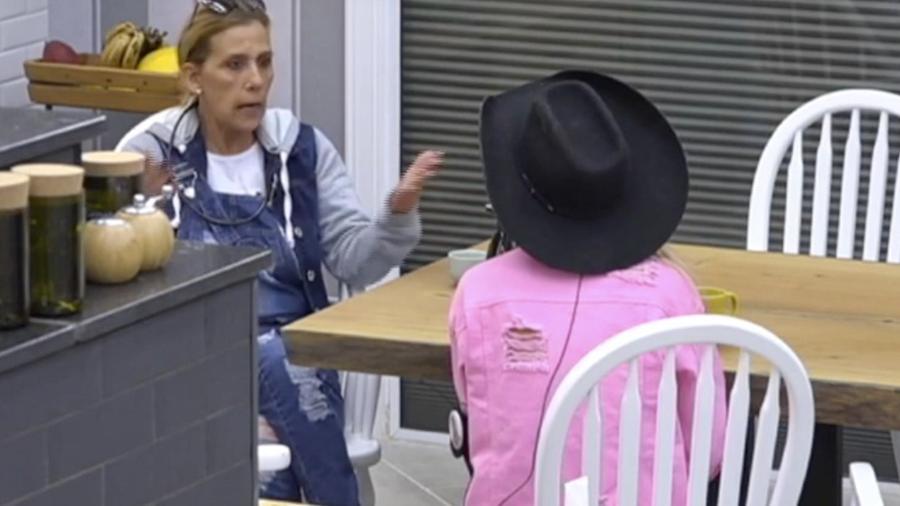 """Rita Cadillac conta para Flávia Viana que quer """"matar"""" a imagem que ficou em sua primeira passagem em """"A Fazenda"""" - Reprodução/Record"""