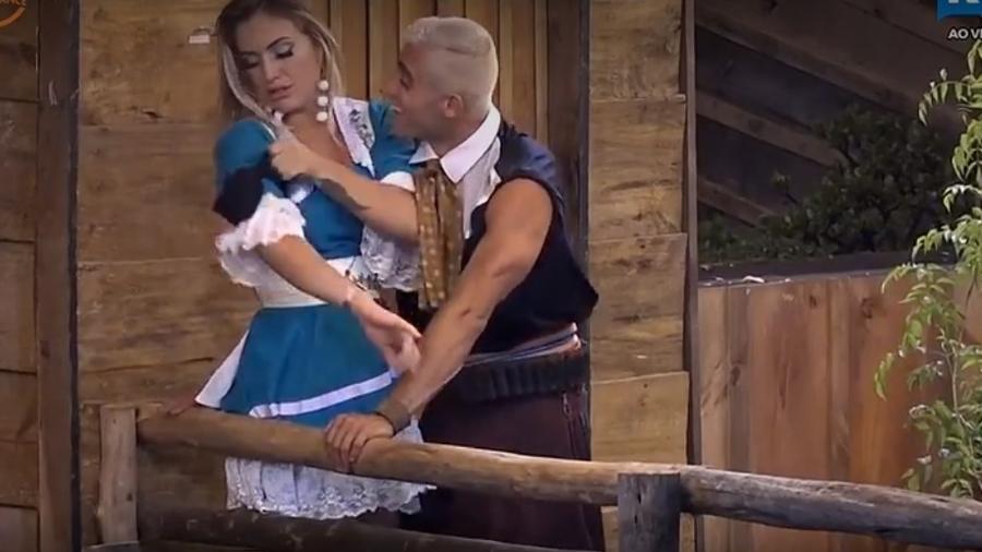 Yuri e Monick brigam em festa gaúcha - Reprodução/R7