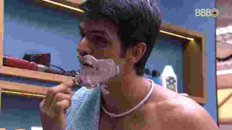 """Lucas tira a barba no """"BBB18"""" - Reprodução/Globoplay - Reprodução/Globoplay"""