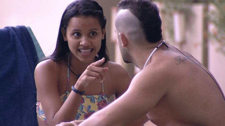 Gleici e Kaysar conversam na área externa da casa  - Reprodução/GlobosatPlay
