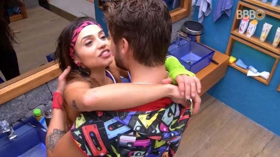 Breno e Paula conversam durante festa - Reprodução/Globoplay