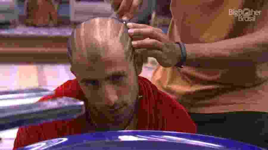 Viegas ajuda Kaysar a cortar o cabelo  - Reprodução/GloboPlay