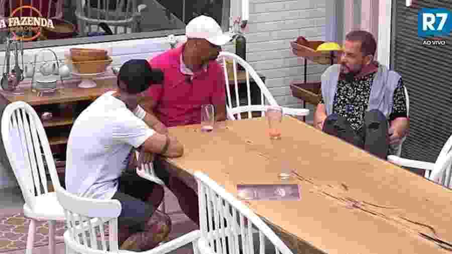 Conrado conversa na cozinha com Yuri e Dinei - Reprodução/R7