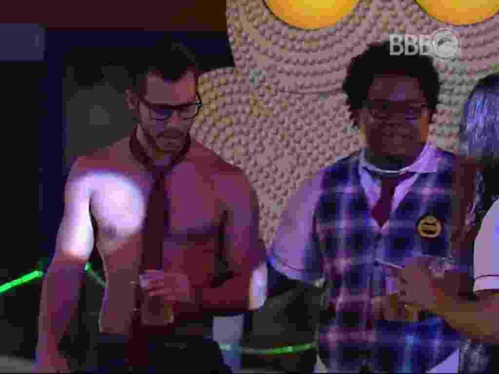 28.fev.2016 - Ronan brinca com Matheus, sensualizando para ele - Reprodução/TV Globo