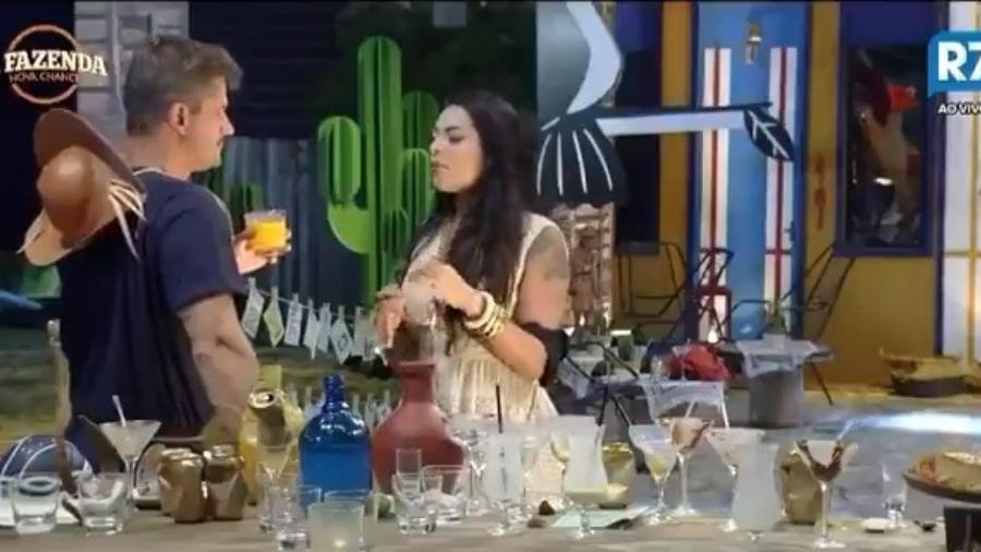 Monique conversa com Marcos durante a festa desta sexta (10) - Reprodução/R7