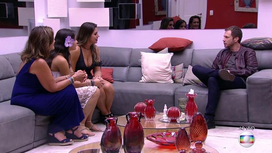 """As finalistas ouvem Leifert anunciar falar sobre o """"BBB17"""" - Reprodução/TV Globo"""