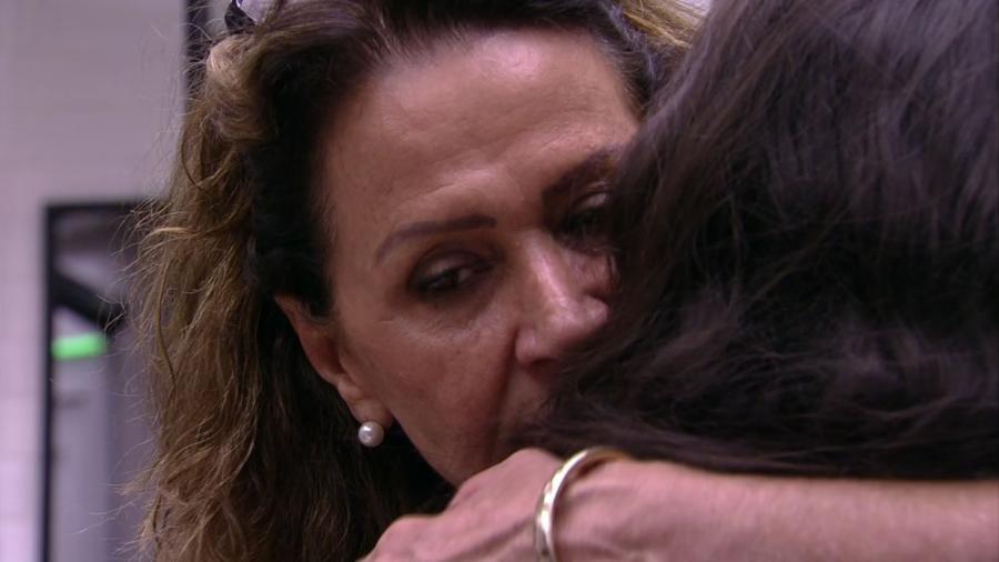 Ieda e Emilly se abraçam após DR - Reprodução/TV Globo